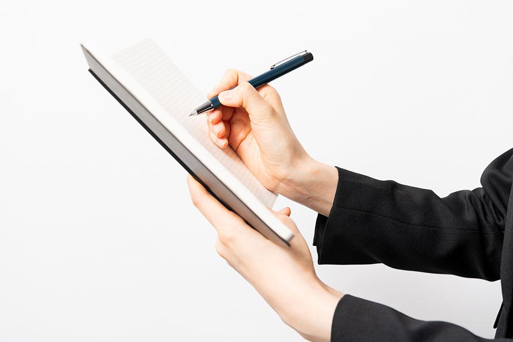 ノートを書く手元